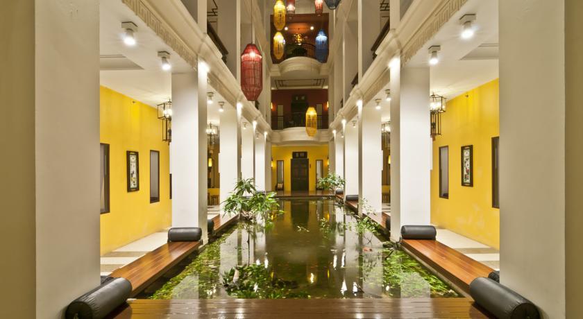 Bangkok palace hotel swiming pool travel thailand kids family