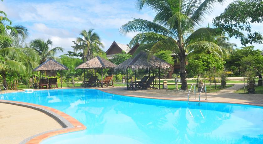 Thailand Khaolak family hotel swiming pool kids