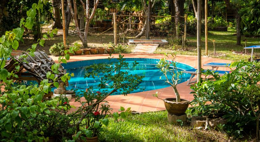 mae-hong-son thailand north hotel swiming-pool family travel with kids