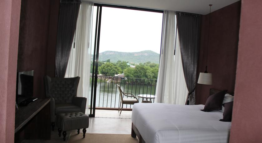 kanchanaburi hotel swiming pool kids family travel thailand