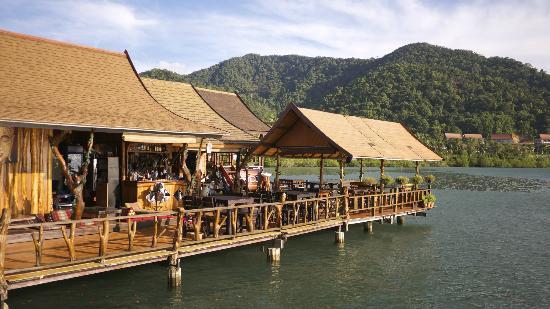 partir en thailande avec des enfants - visiter koh chang - village sur pilotis