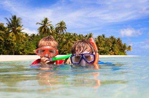 snorkeling avec un enfant en thailande - île paradisiaque thailande - mer chaude - plage