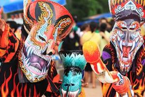 Thailande-Loei-tradition-fete rligieuse-animiste-masque-fantome-couleur-demon-que faire en thailande