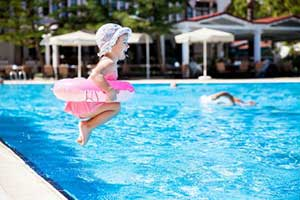 thailande-bebe-bébé-piscine-drole-vacances-parasol-voyage-conseil-maman