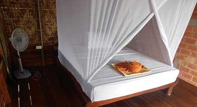chambre bungalow-koh jum-thailande-lit-moustiquaire-bois-bambou