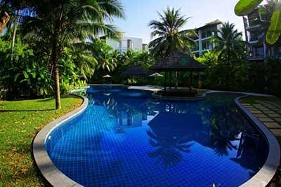 piscine-hotel-phuket en famille-thailande-cocotiers-palmiers-jardin-residence
