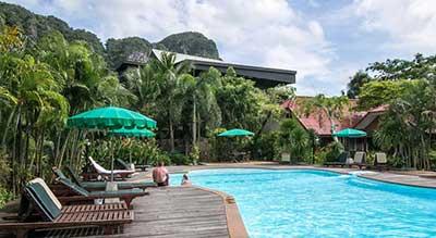 hotel piscine pas cher krabi- thailande avec un bébé - hotel jardin tropical - transat - parasol