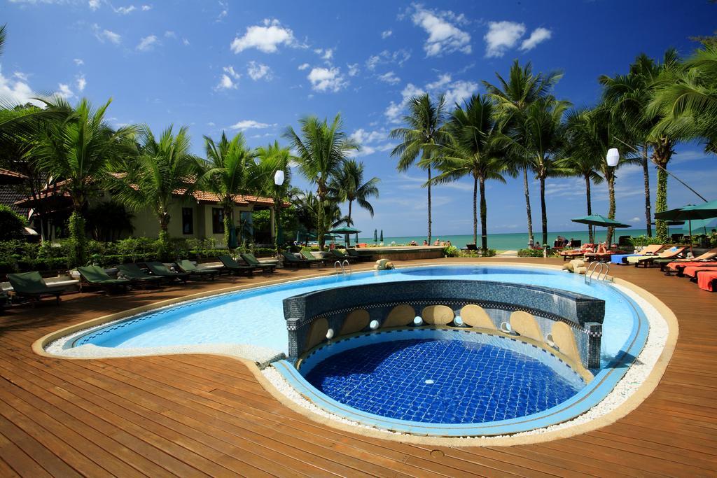 khao lak avec des ados - piscine khao lak pas cher - terrasse - piscine - jardin tropical
