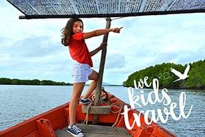 thailande-famille-bateau-excursion-barque-log tail boat-enfant-wekidstravel-mer-jungle-bleu-vert-rouge