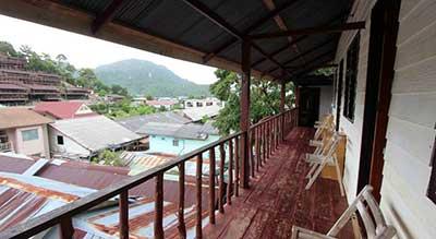 rambarde-terrasse-koh phiphi-vue-village-colline-ile