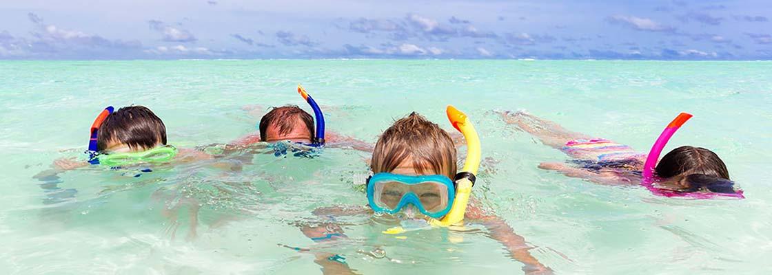 thailande-sud-snorkeling-plongée sous marine-activité-famille-enfant-masque-tuba-mer-poisson-transparent-ciel-bleu-loisirs-baignade-vacances