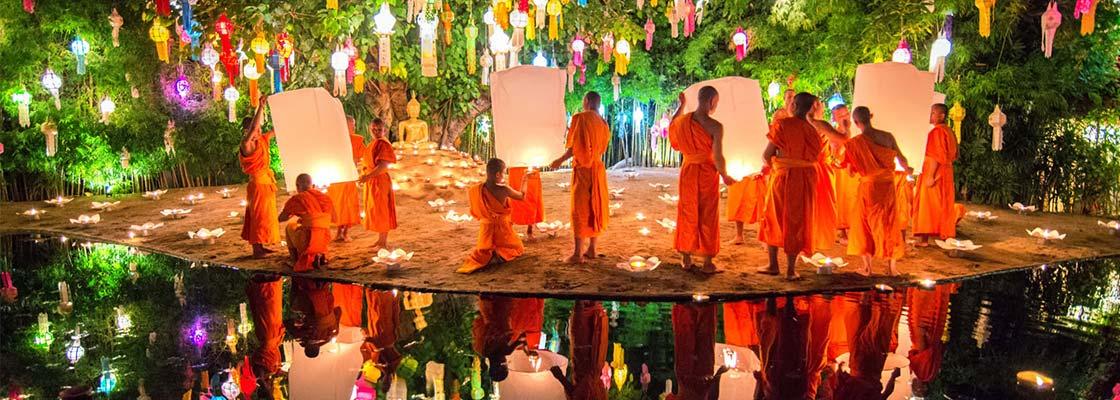 thailande-chiang mai-temple-fete-religion-bouddha-boudhisme-moine-robe-traditionnel-lanterne-lampion-couleur-habits-reflet-eau-voyage-asie-famille-bougie-ceremonie