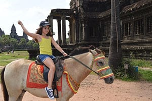 Angkor-cambodge-voyage-famille-enfant-excursion-visite-temple-cheval-poney-attraction-traditionnel