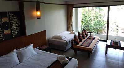 Hotel pour famille a phuket-grande chambre-lits-confort-baie vitrée-canapé-sofa-terrasse-balcon-jardin